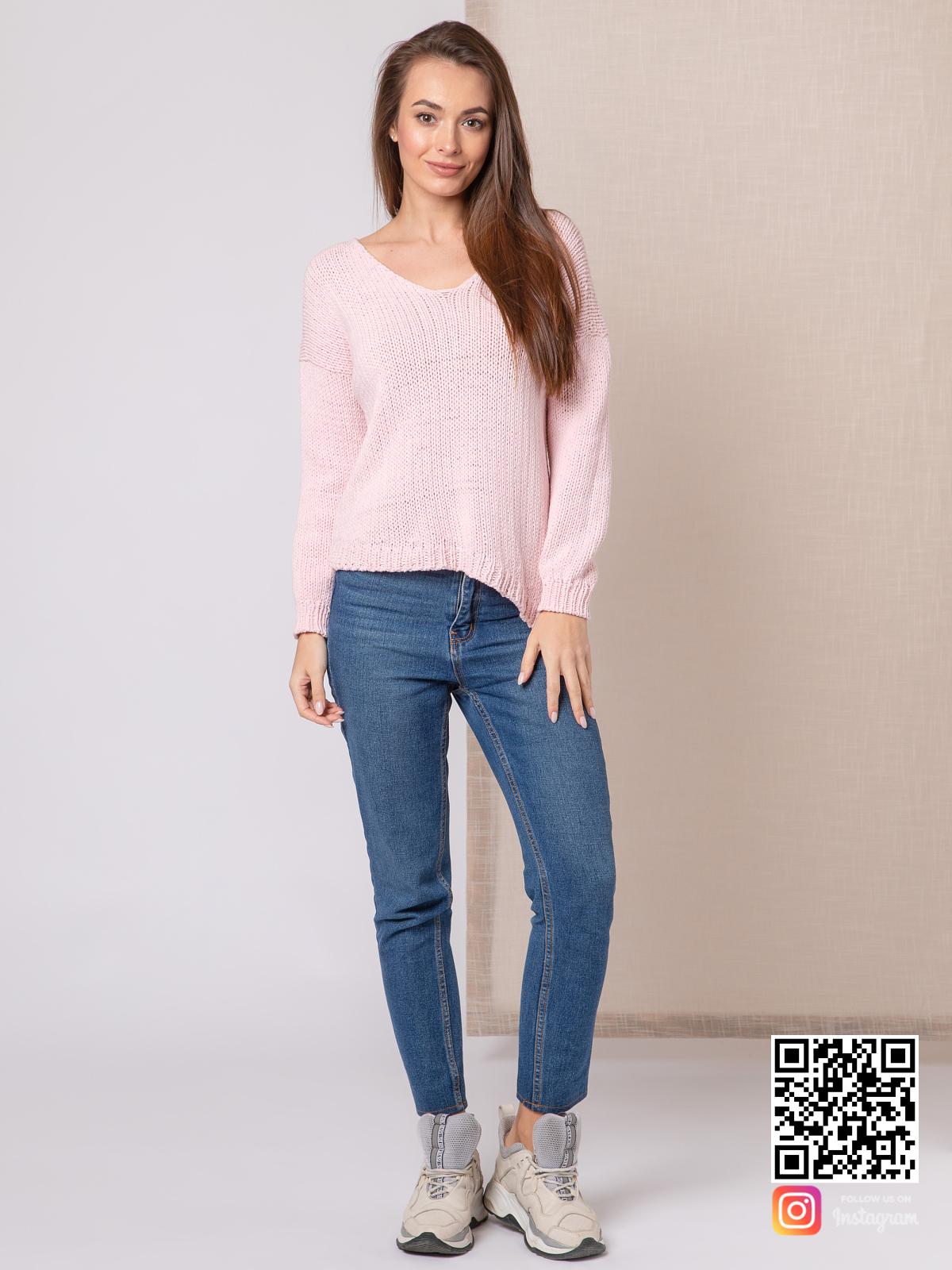 На фотографии женский пудровый свитер от Shapar, бренда вязаной одежды ручной работы в интернет-магазине связанных спицами вещей.