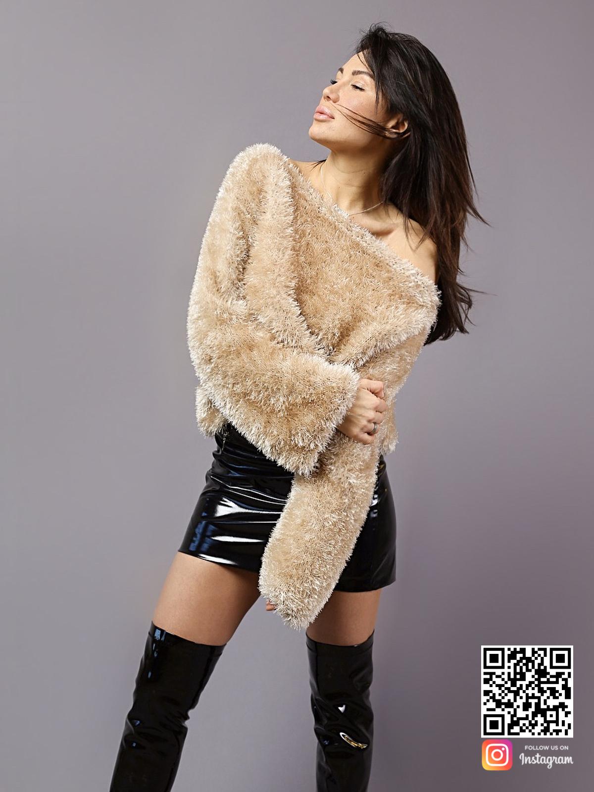 На пятой фотографии пушистый женский свитер со спущенным плечом от Shapar, бренда вязаной одежды ручной работы в интернет-магазине связанных спицами вещей.