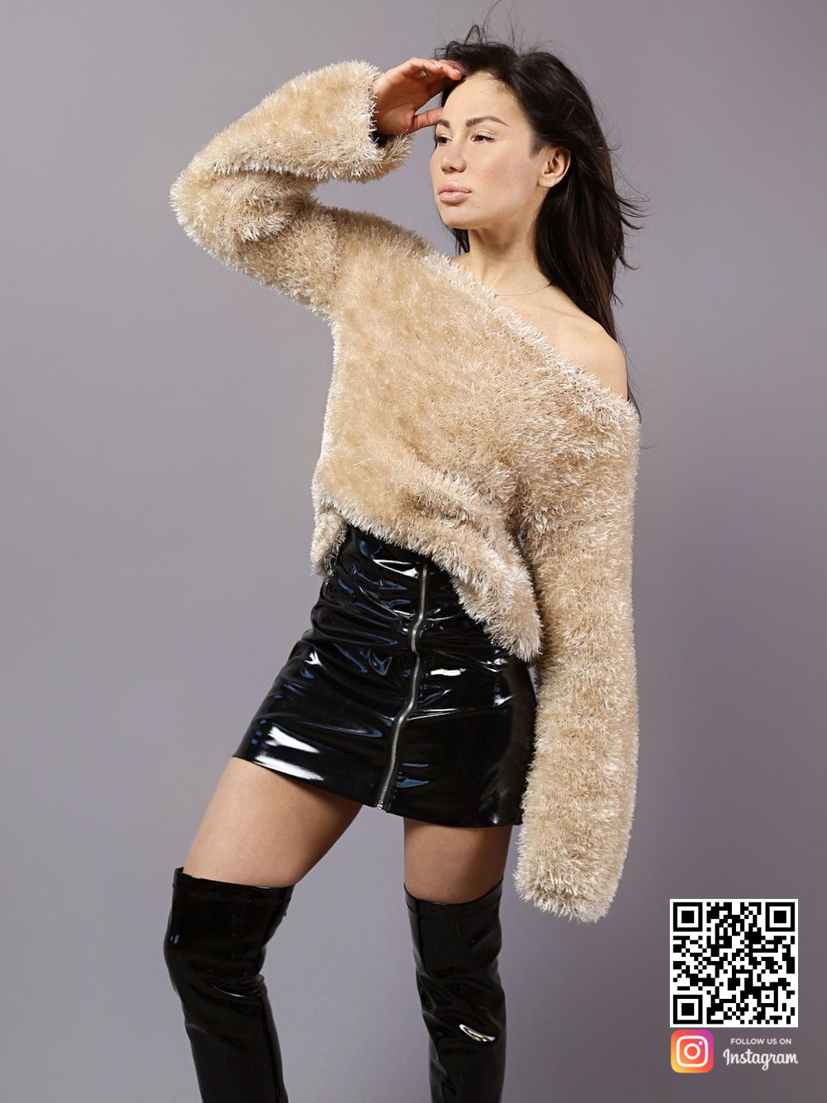 На четвертой фотографии бежевый пушистый женский свитер от Shapar, бренда вязаной одежды ручной работы в интернет-магазине связанных спицами вещей.