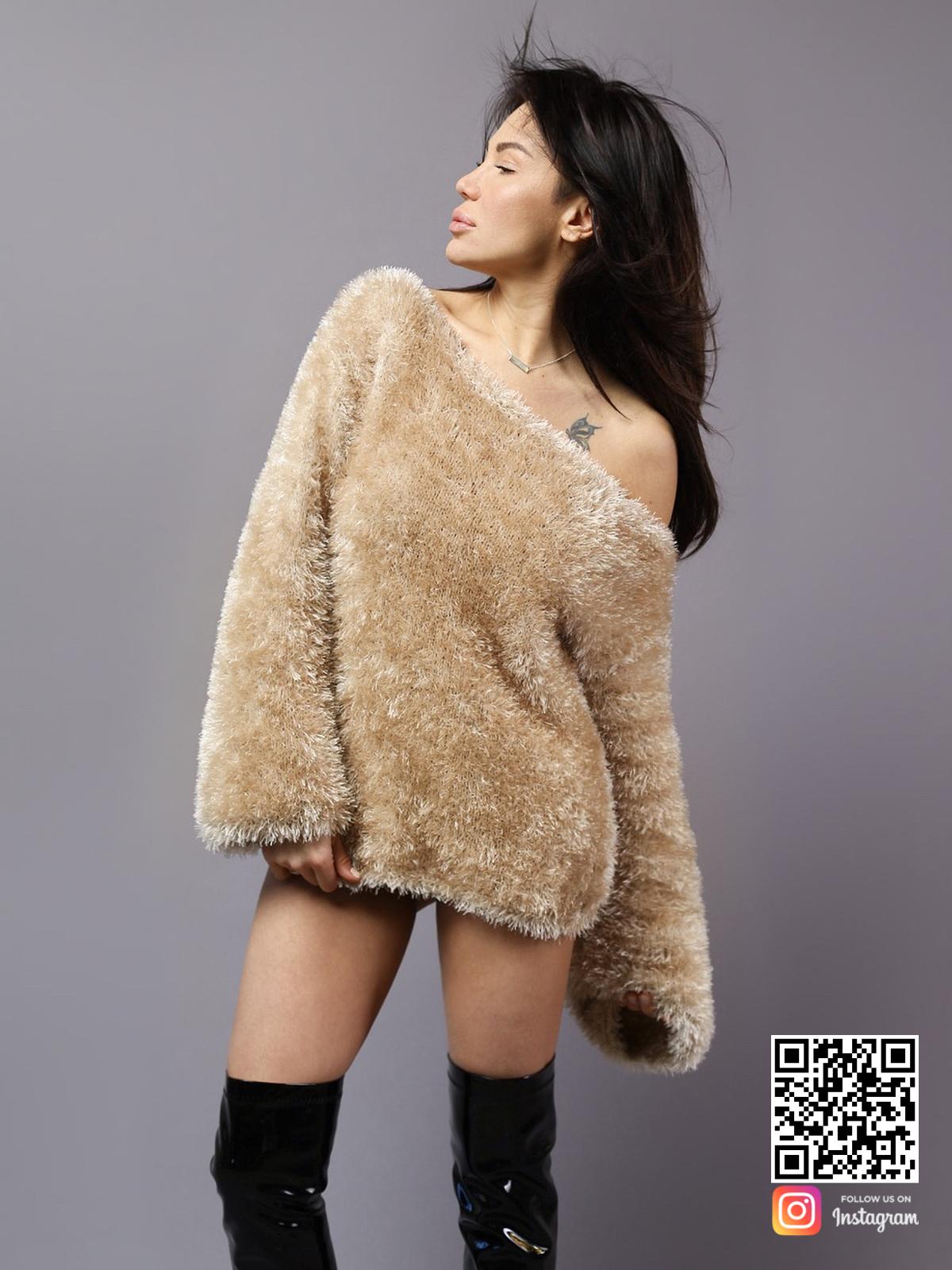 На фотографии пушистый женский свитер от Shapar, бренда вязаной одежды ручной работы в интернет-магазине связанных спицами вещей.