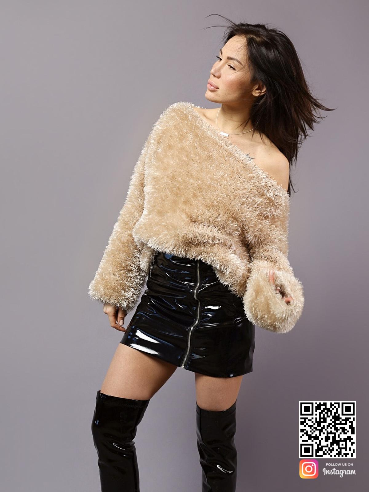 На шестой фотографии пушистый женский свитер с открытым плечом от Shapar, бренда вязаной одежды ручной работы в интернет-магазине связанных спицами вещей.