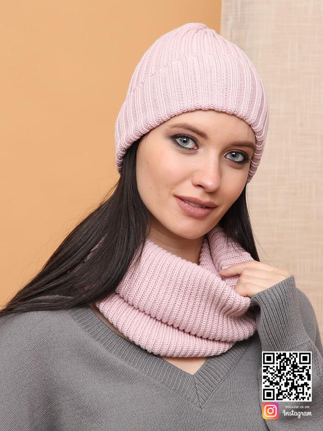 На фотографии розовая шапка и снуд от Shapar, бренда вязаной одежды ручной работы в интернет-магазине связанных спицами вещей.