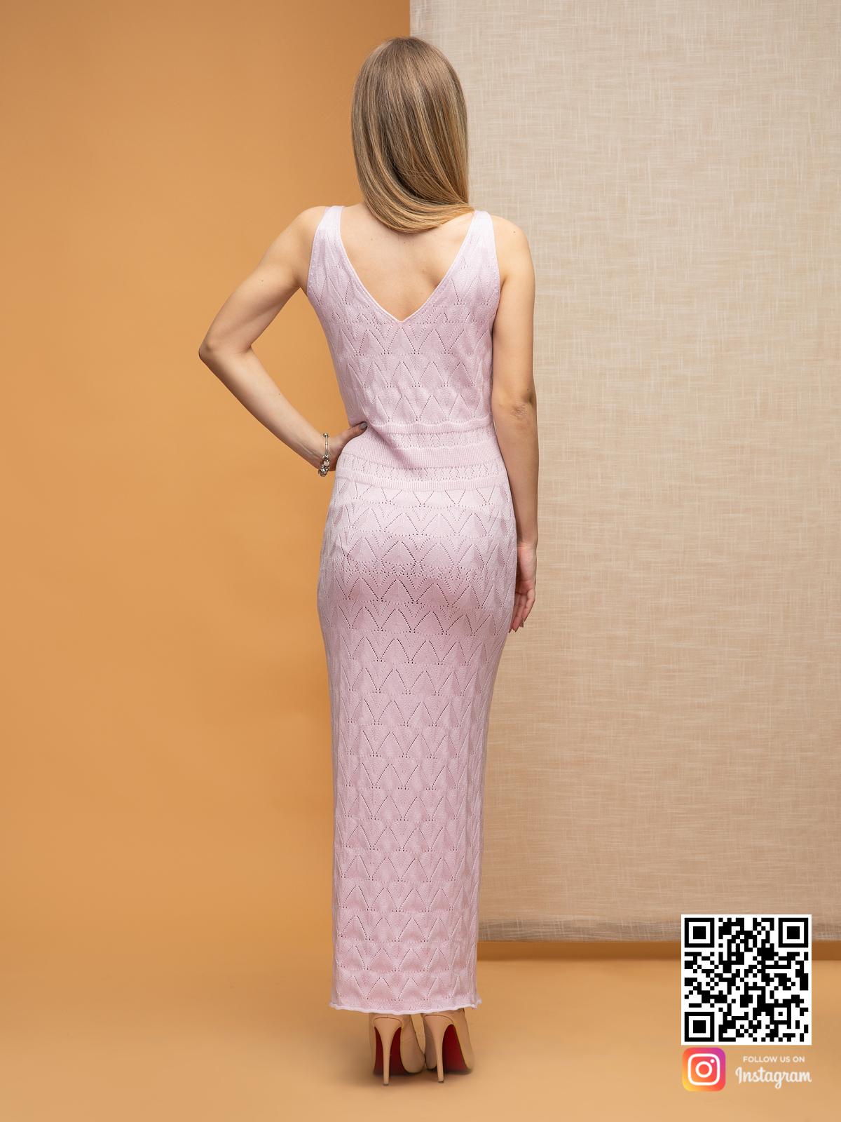 На второй фотографии розовое платье со спины от Shapar, бренда вязаной одежды ручной работы в интернет-магазине связанных спицами вещей.