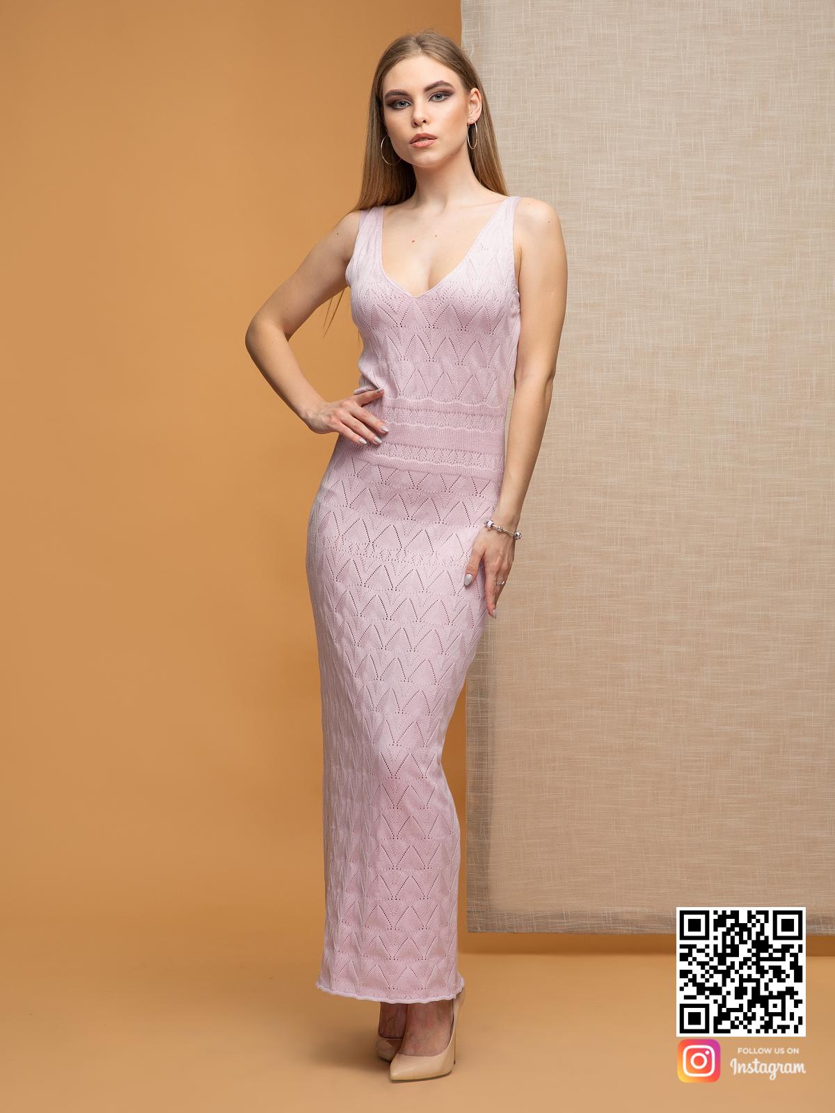 На фотографии розовое платье на бретельках от Shapar, бренда вязаной одежды ручной работы в интернет-магазине связанных спицами вещей.