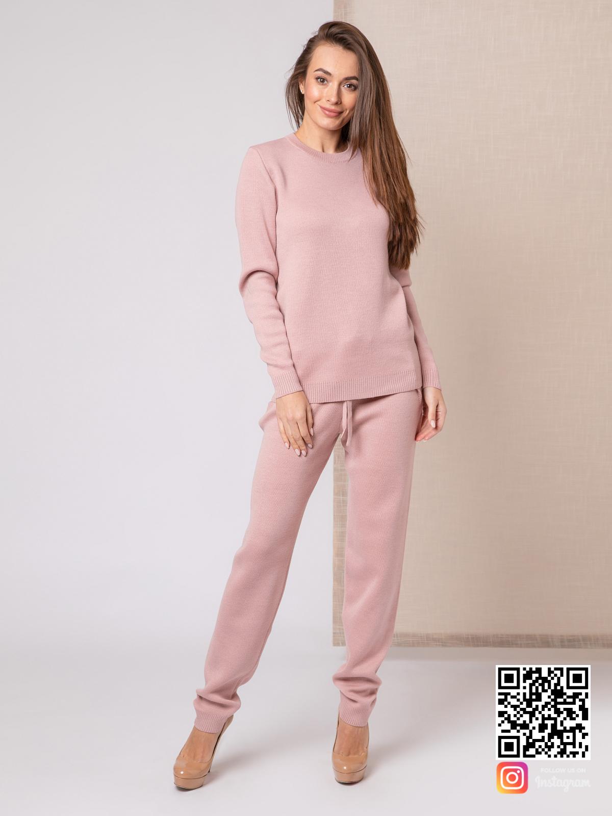 На седьмой фотографии повседневный спортивный костюм женский розового цвета от Shapar, бренда вязаной одежды ручной работы в интернет-магазине связанных спицами вещей.