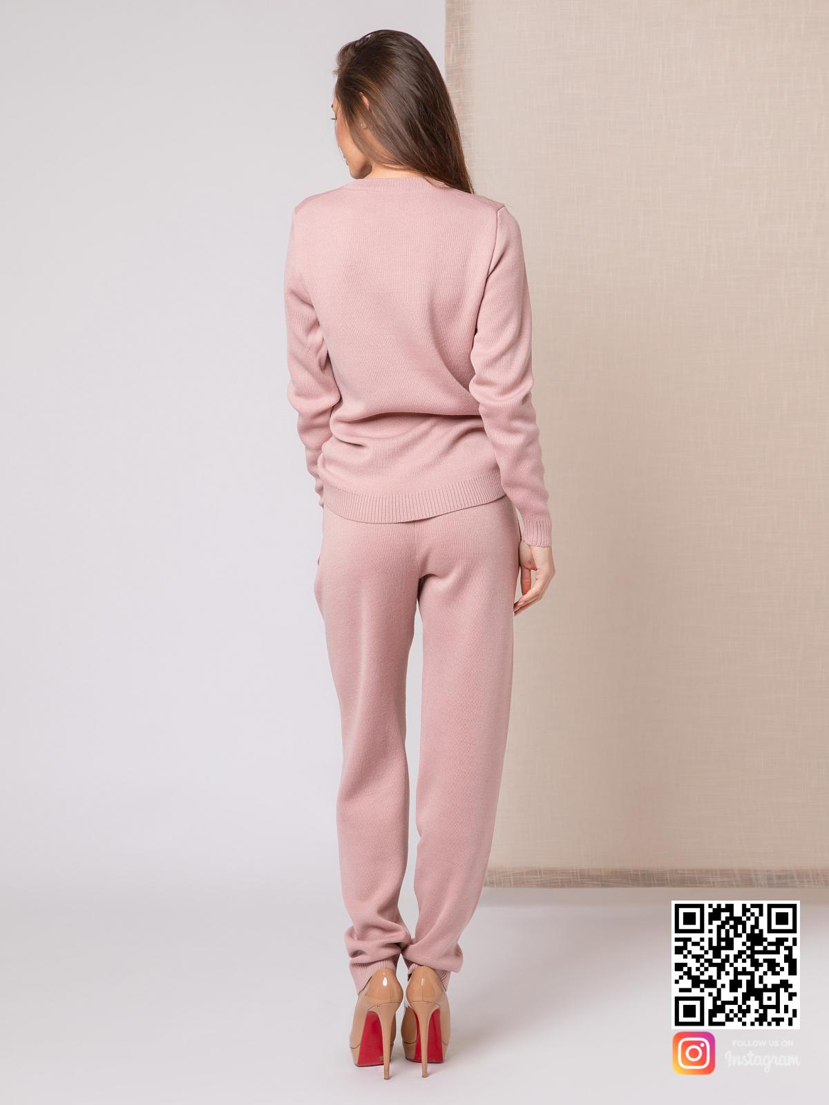 На третьей фотографии розовый спортивный костюм женский со спины от Shapar, бренда вязаной одежды ручной работы в интернет-магазине связанных спицами вещей.