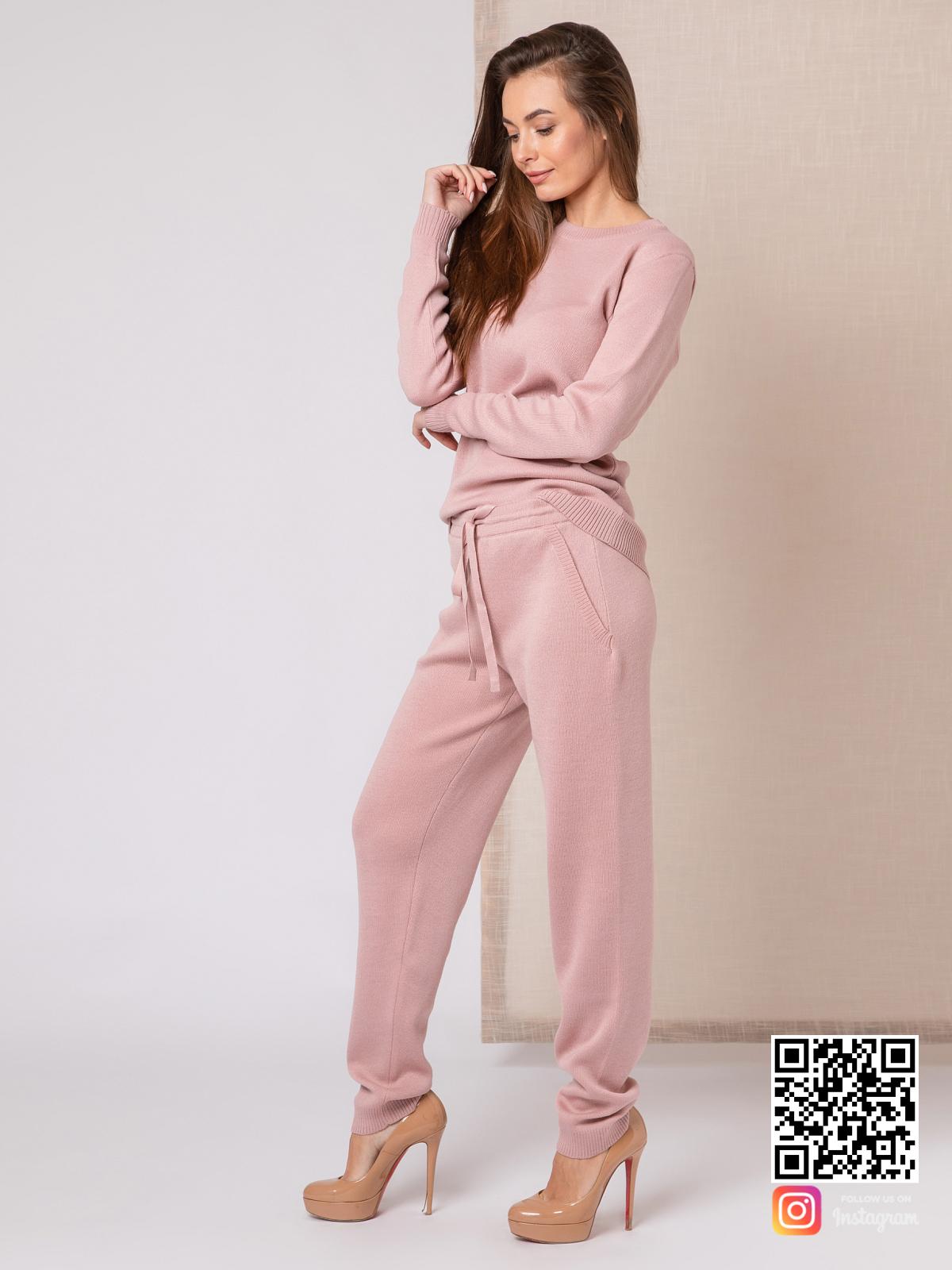 На второй фотографии модный розовый спортивный костюм женский от Shapar, бренда вязаной одежды ручной работы в интернет-магазине связанных спицами вещей.