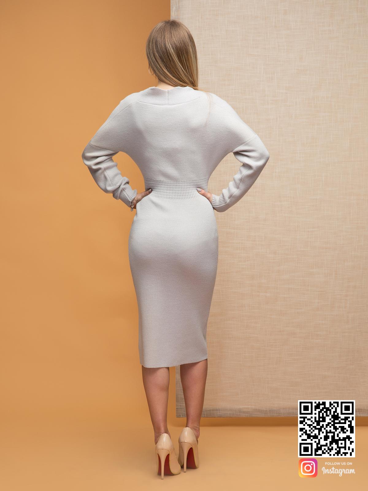 На второй фотографии серое офисное платье со спины от Shapar, бренда женской одежды ручной работы в интернет-магазине связанных спицами вещей.