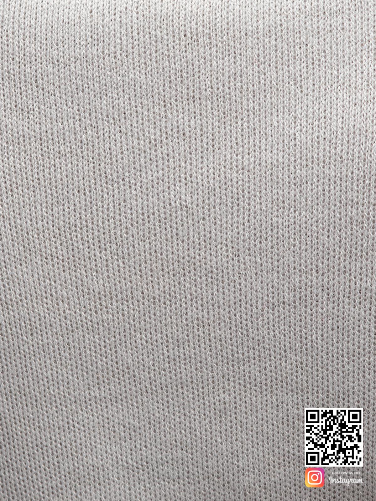 На пятой фотографии трикотажное офисное платье серого цвета крупным планом от Shapar, бренда женской одежды ручной работы в интернет-магазине связанных спицами вещей.