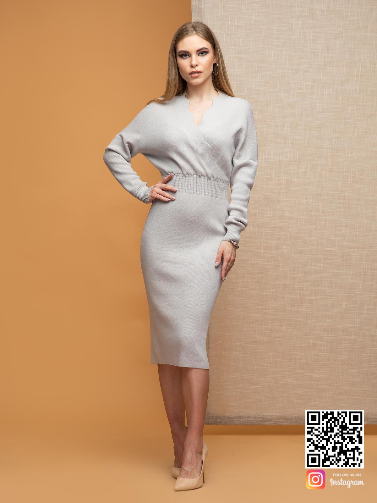 На фотографии серое офисное платье от Shapar, бренда женской одежды ручной работы в интернет-магазине связанных спицами вещей.