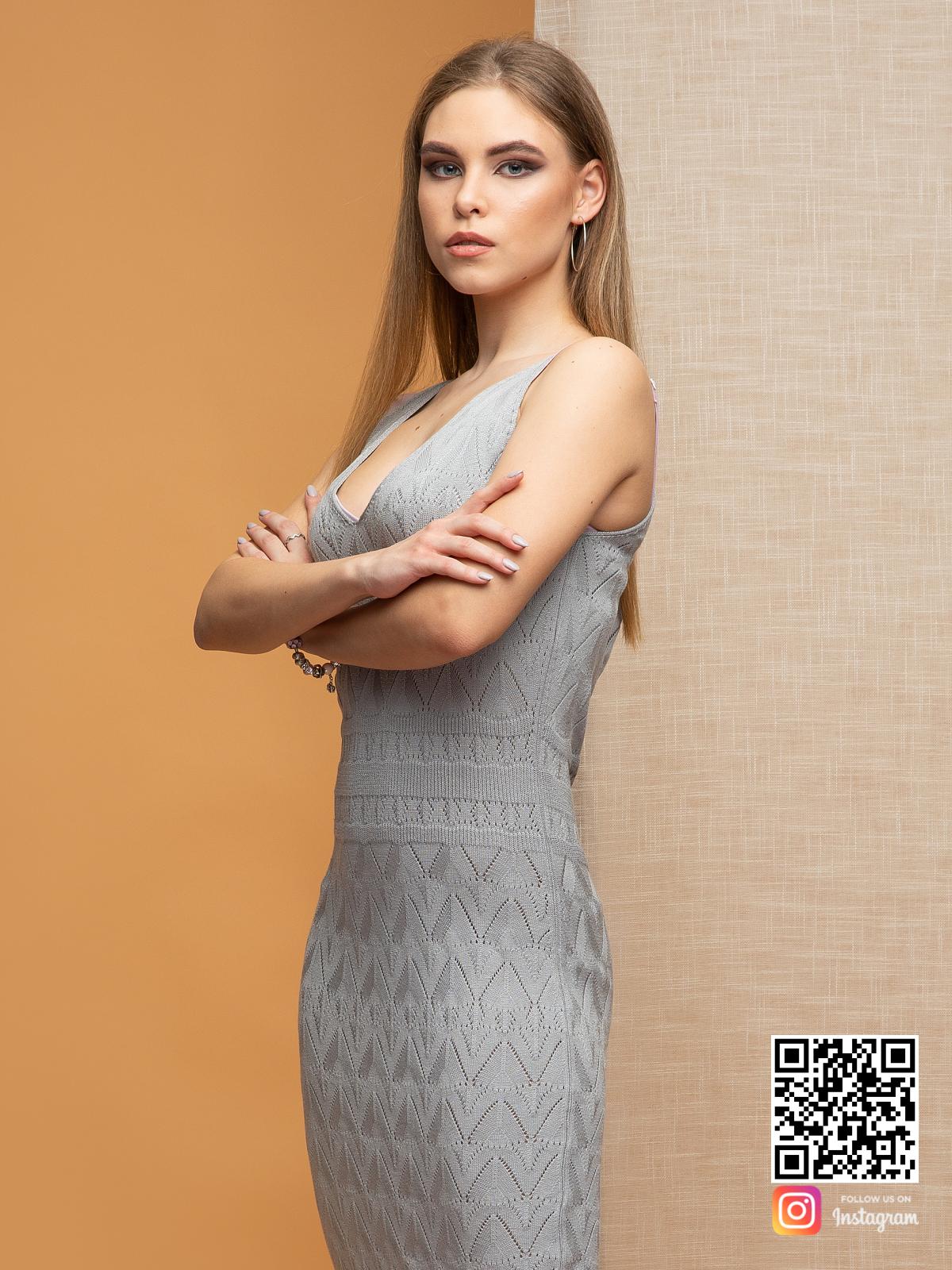 На четвертой фотографии элегантное серое платье на бретельках на лето от Shapar, бренда вязаной одежды ручной работы в интернет-магазине связанных спицами вещей.