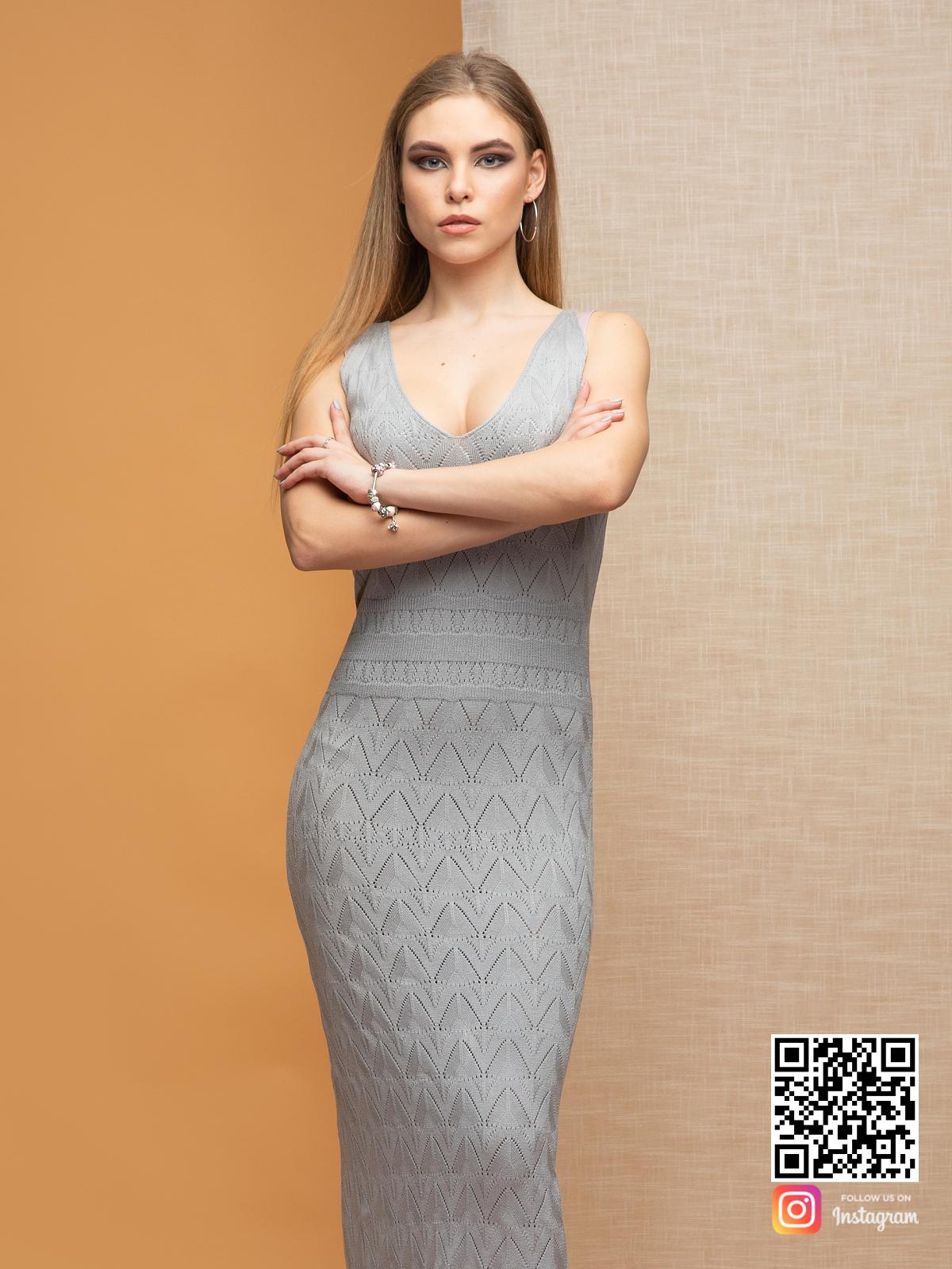 На третьей фотографии серое платье на бретельках с ажурным орнаментом от Shapar, бренда вязаной одежды ручной работы в интернет-магазине связанных спицами вещей.