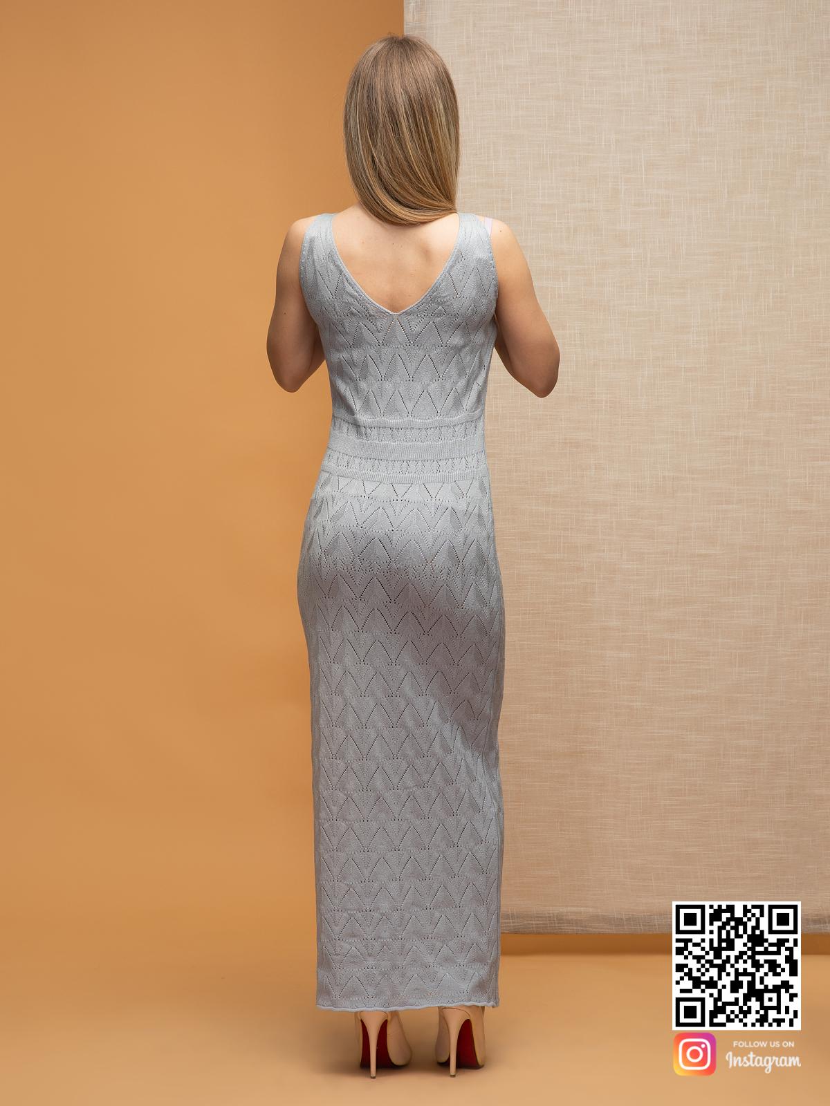 На второй фотографии серое платье на бретельках со спины от Shapar, бренда вязаной одежды ручной работы в интернет-магазине связанных спицами вещей.