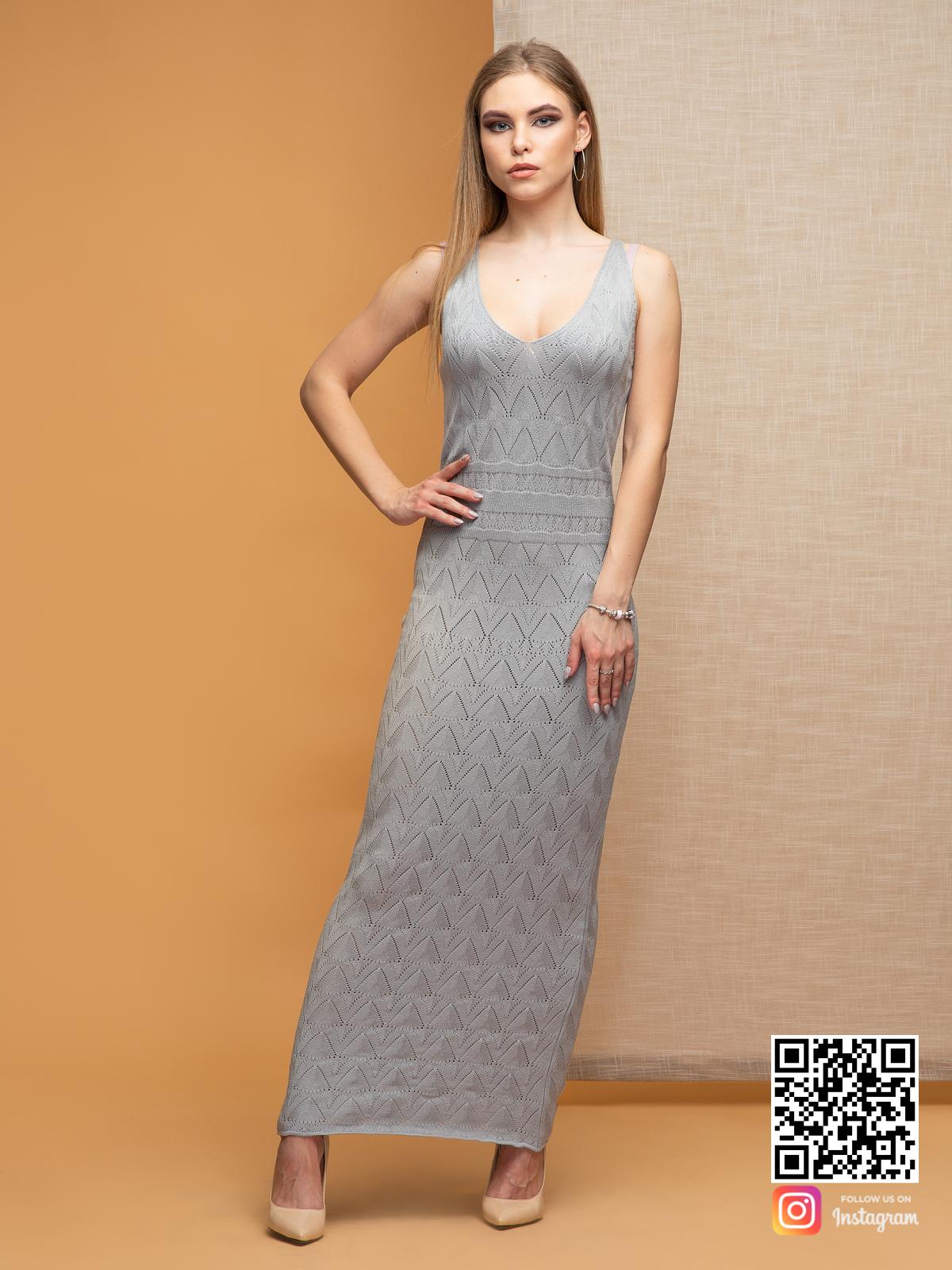 На фотографии серое платье на бретельках от Shapar, бренда вязаной одежды ручной работы в интернет-магазине связанных спицами вещей.