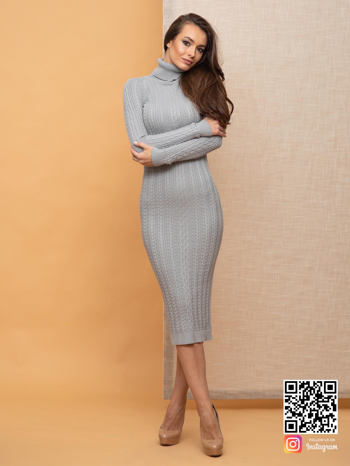 На фотографии серое вязаное платье с косами от Shapar, бренда женской одежды ручной работы в интернет-магазине связанных спицами вещей.