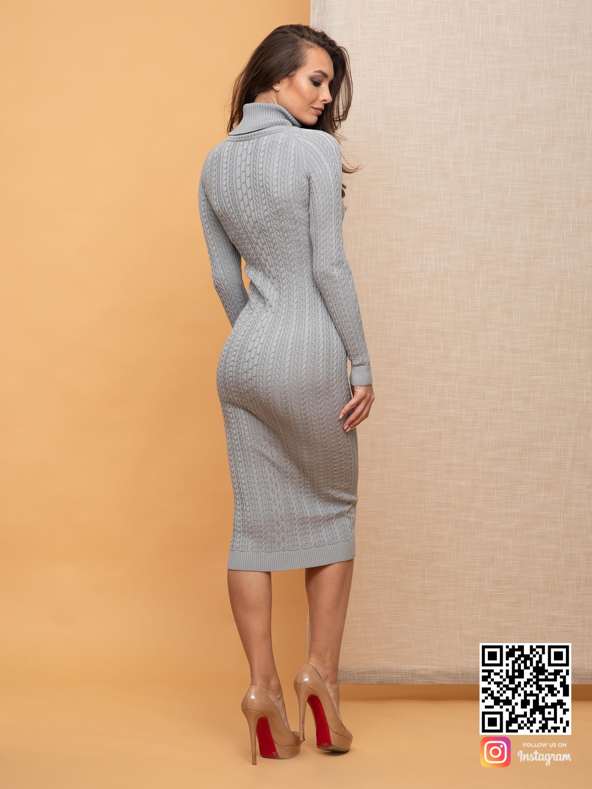 На второй фотографии серое вязаное платье с косами со спины от Shapar, бренда женской одежды ручной работы в интернет-магазине связанных спицами вещей.