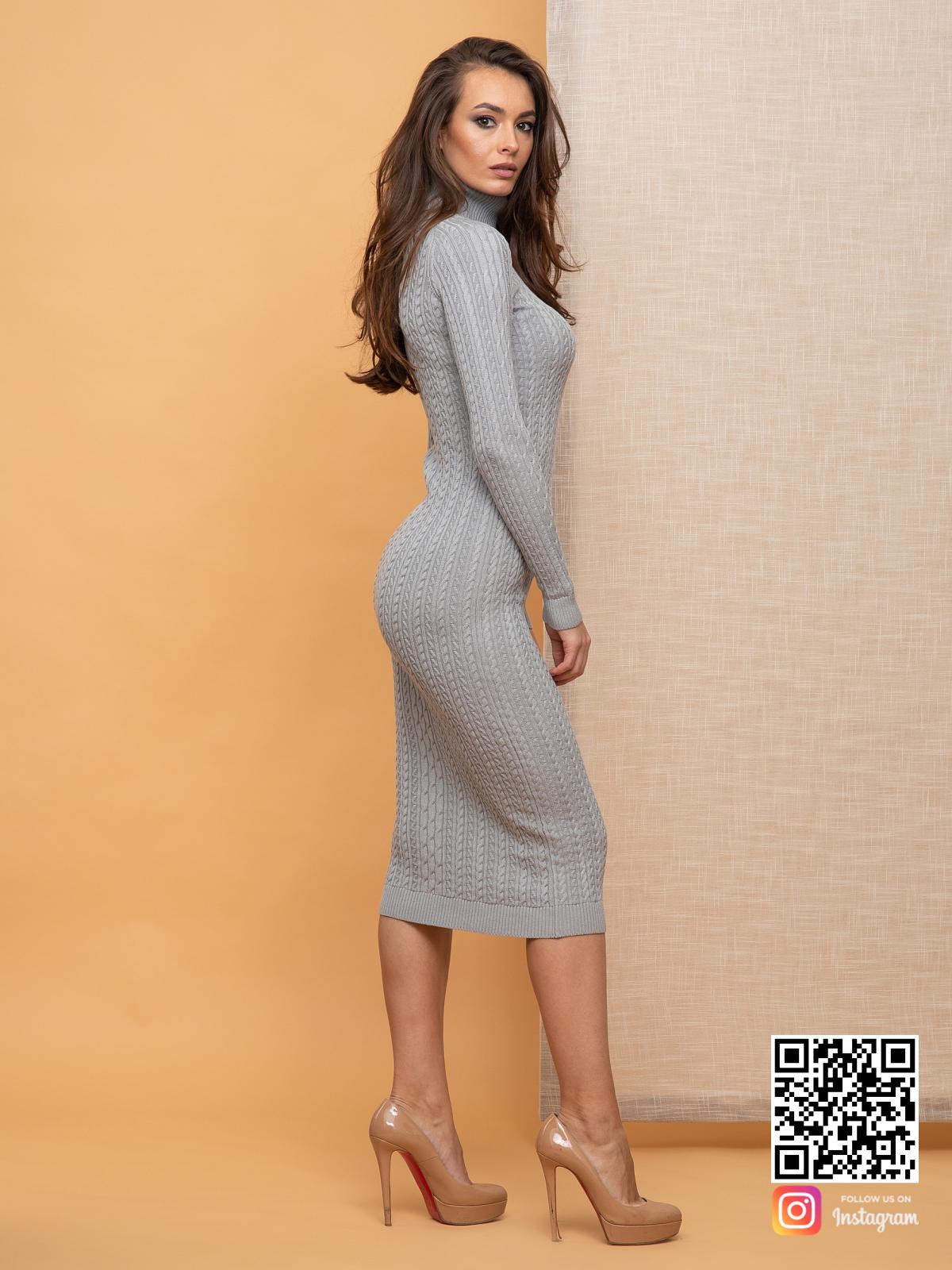 На четвертой фотографии серое вязаное платье с косами и воротником стойкой от Shapar, бренда женской одежды ручной работы в интернет-магазине связанных спицами вещей.