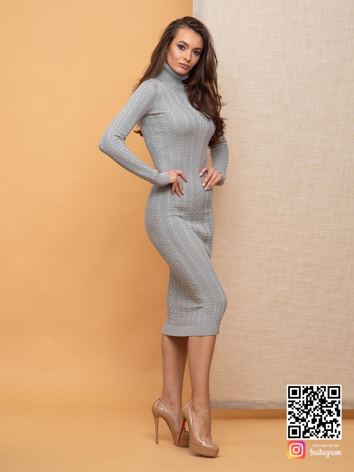 На третьей фотографии облегающее вязаное платье с косами серого цвета от Shapar, бренда женской одежды ручной работы в интернет-магазине связанных спицами вещей.