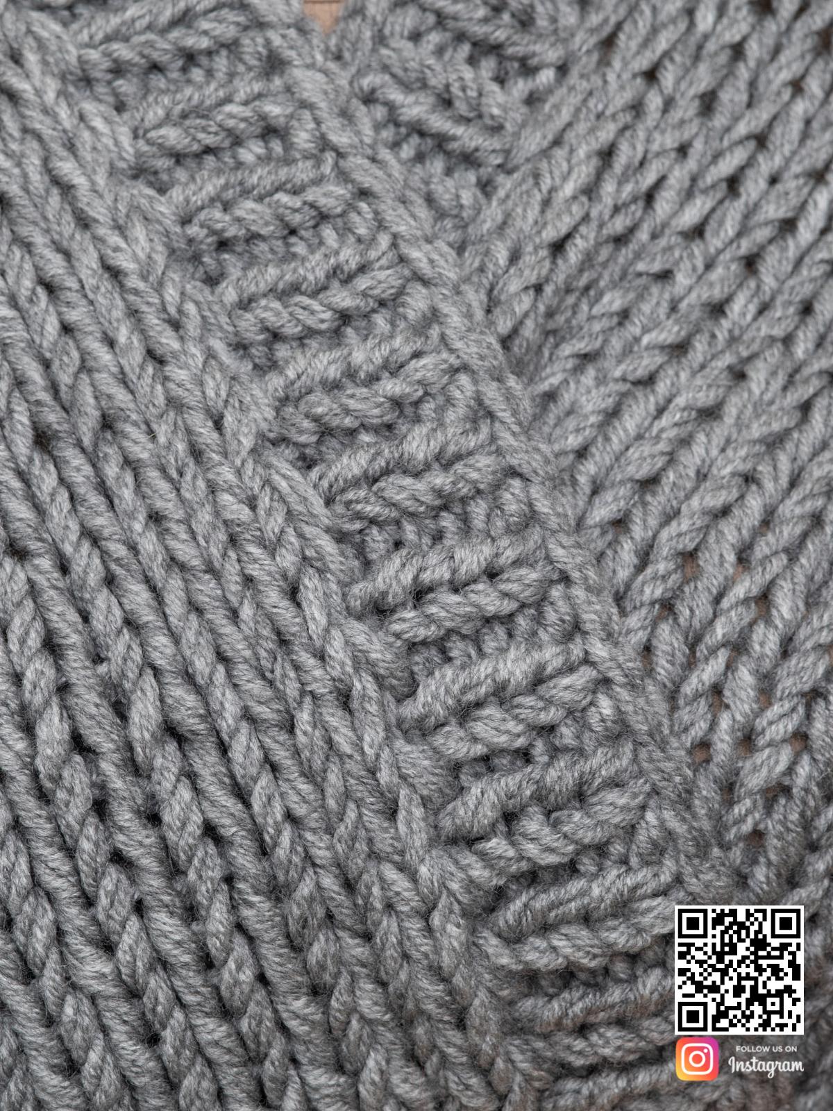 На шестой фотографии женский серый кардиган крупным планом от Shapar, бренда вязаной одежды ручной работы в интернет-магазине связанных спицами вещей.