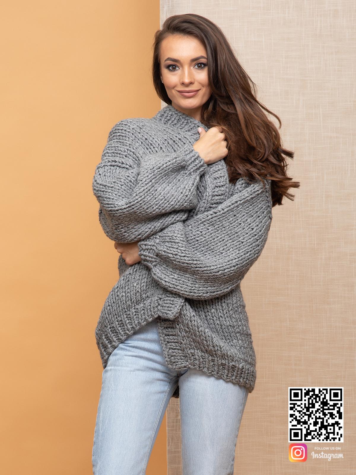 На пятой фотографии уютный серый кардиган для девушек и женщин от Shapar, бренда вязаной одежды ручной работы в интернет-магазине связанных спицами вещей.