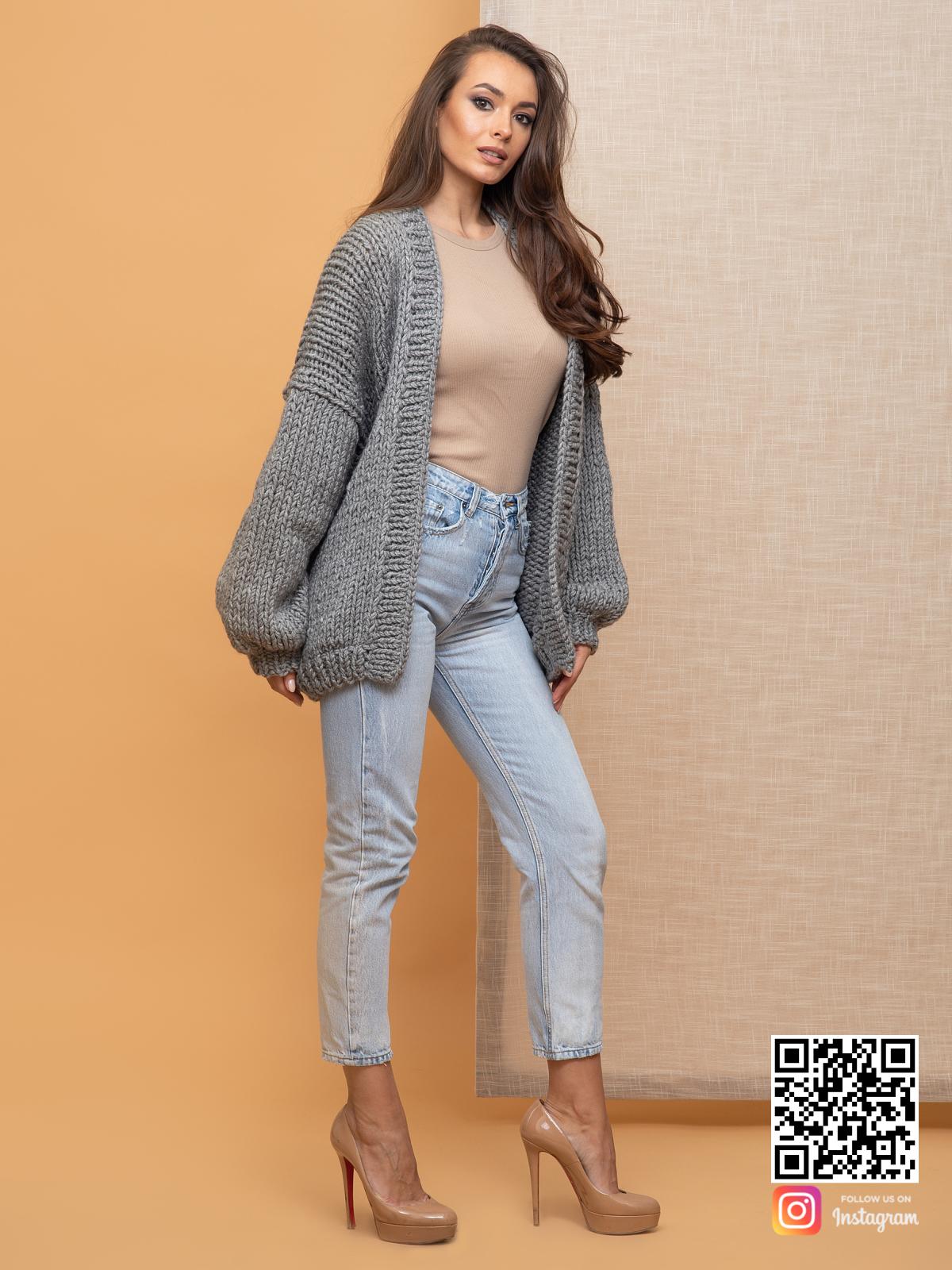 На третьей фотографии женский серый кардиган крупной вязки от Shapar, бренда вязаной одежды ручной работы в интернет-магазине связанных спицами вещей.