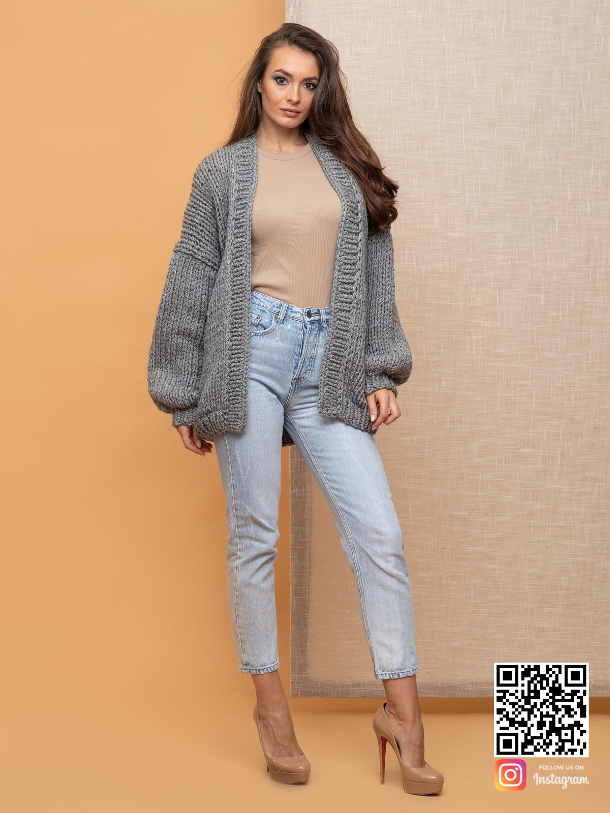 На фотографии женский серый кардиган от Shapar, бренда вязаной одежды ручной работы в интернет-магазине связанных спицами вещей.