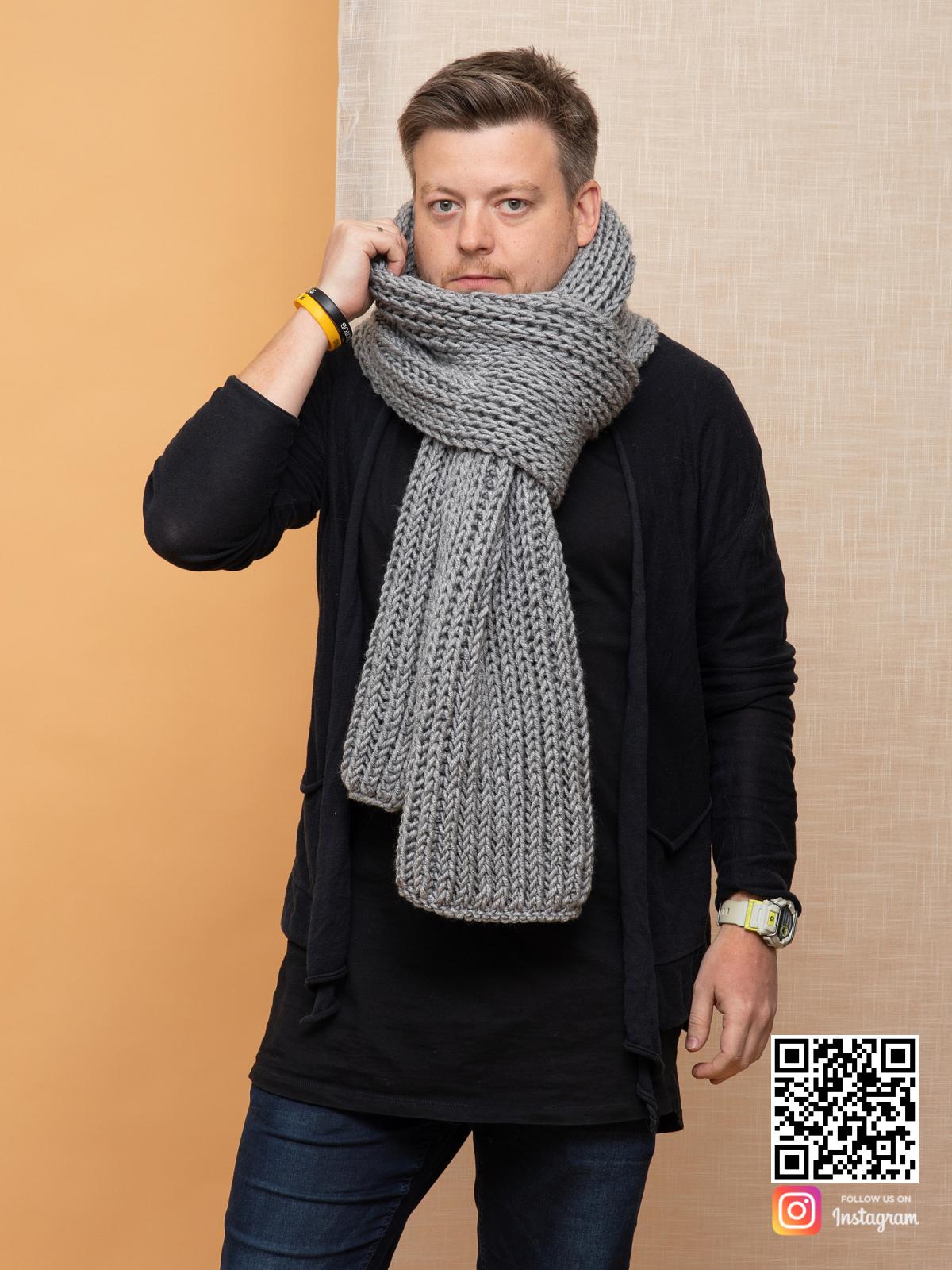 На четвертой фотографии серый шарф мужской от Shapar, бренда вязаной одежды ручной работы в интернет магазине связанных спицами вещей.