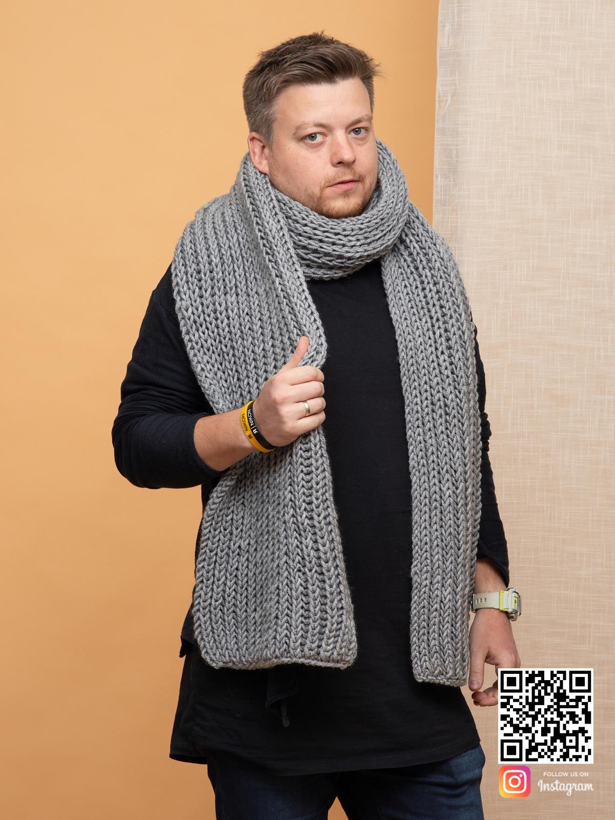 На пятой фотографии серый шарф мужской от Shapar, бренда вязаной одежды ручной работы в интернет магазине связанных спицами вещей.