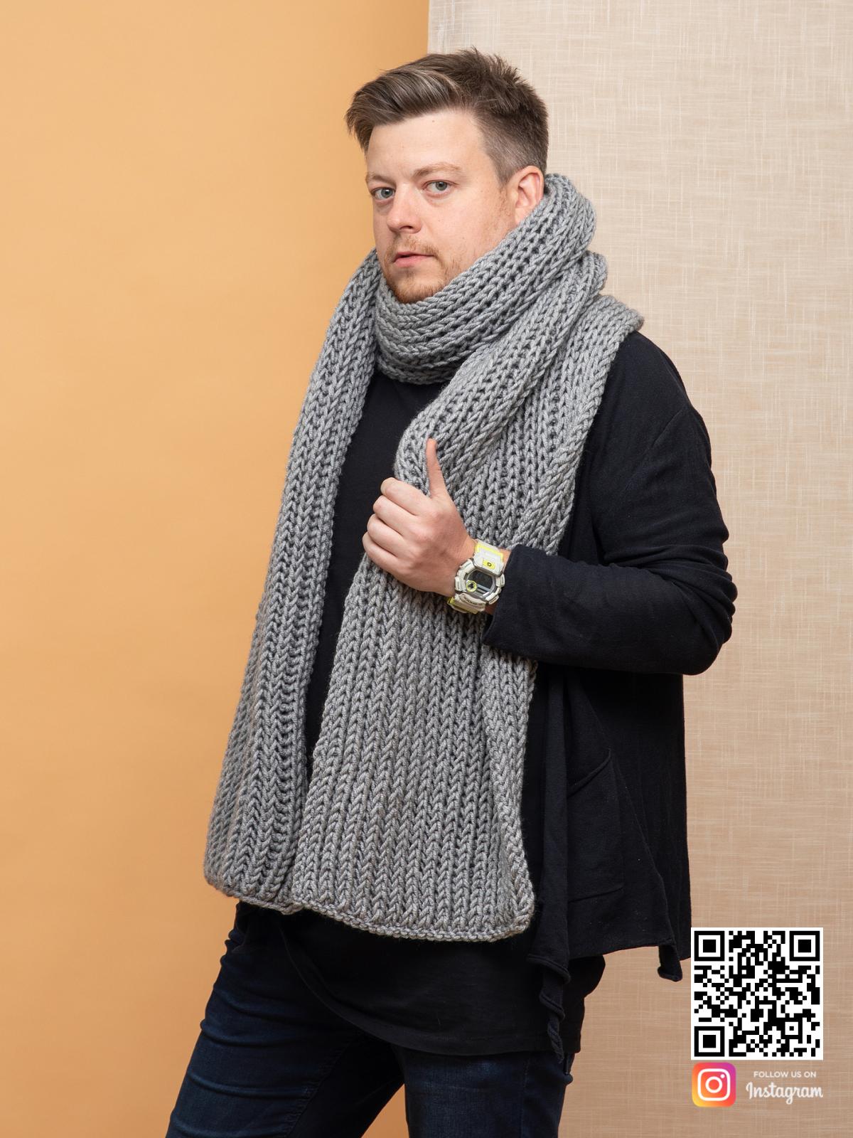 На второй фотографии серый шарф мужской от Shapar, бренда вязаной одежды ручной работы в интернет магазине связанных спицами вещей.