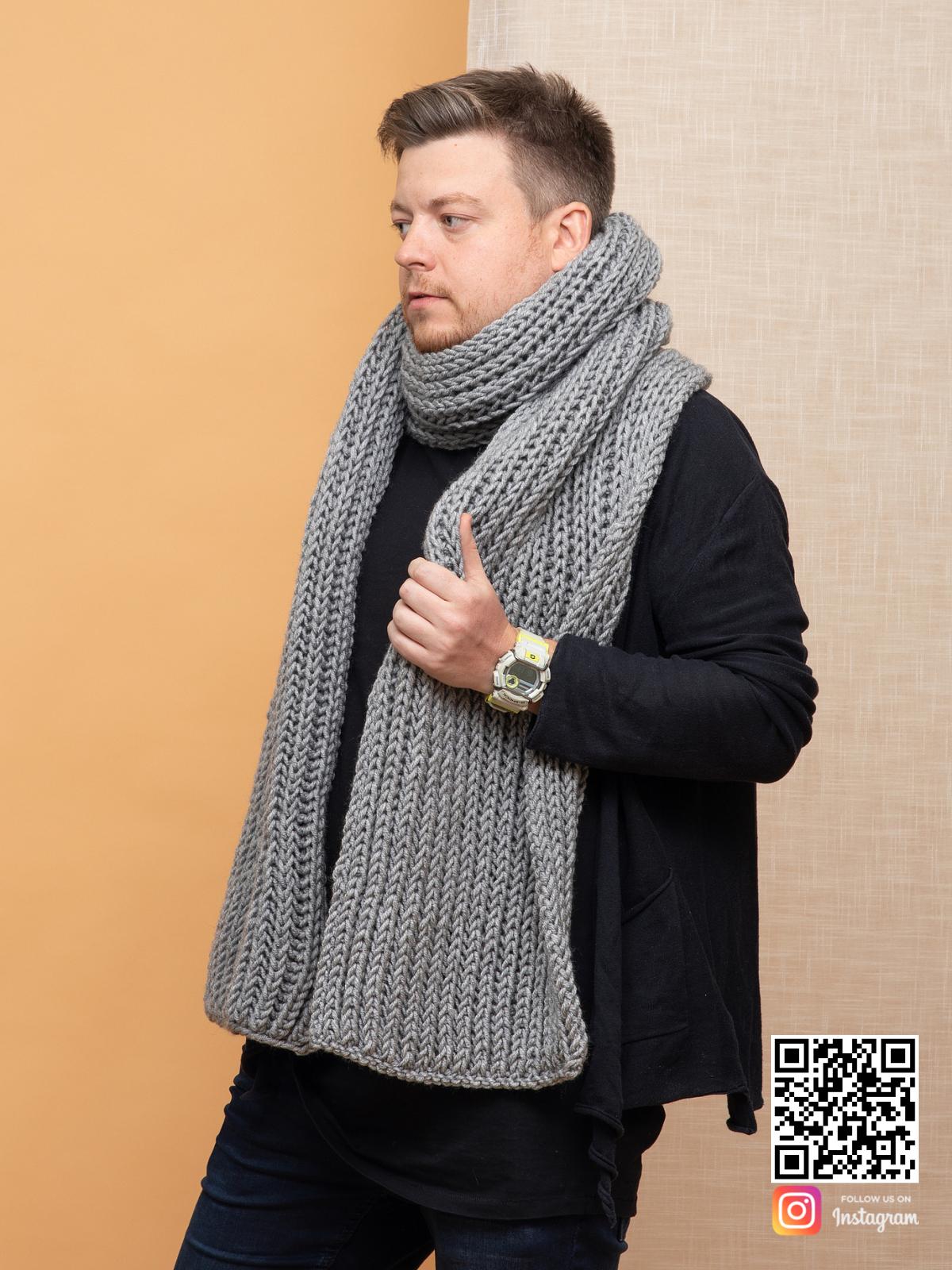 На третьей фотографии серый шарф мужской от Shapar, бренда вязаной одежды ручной работы в интернет магазине связанных спицами вещей.