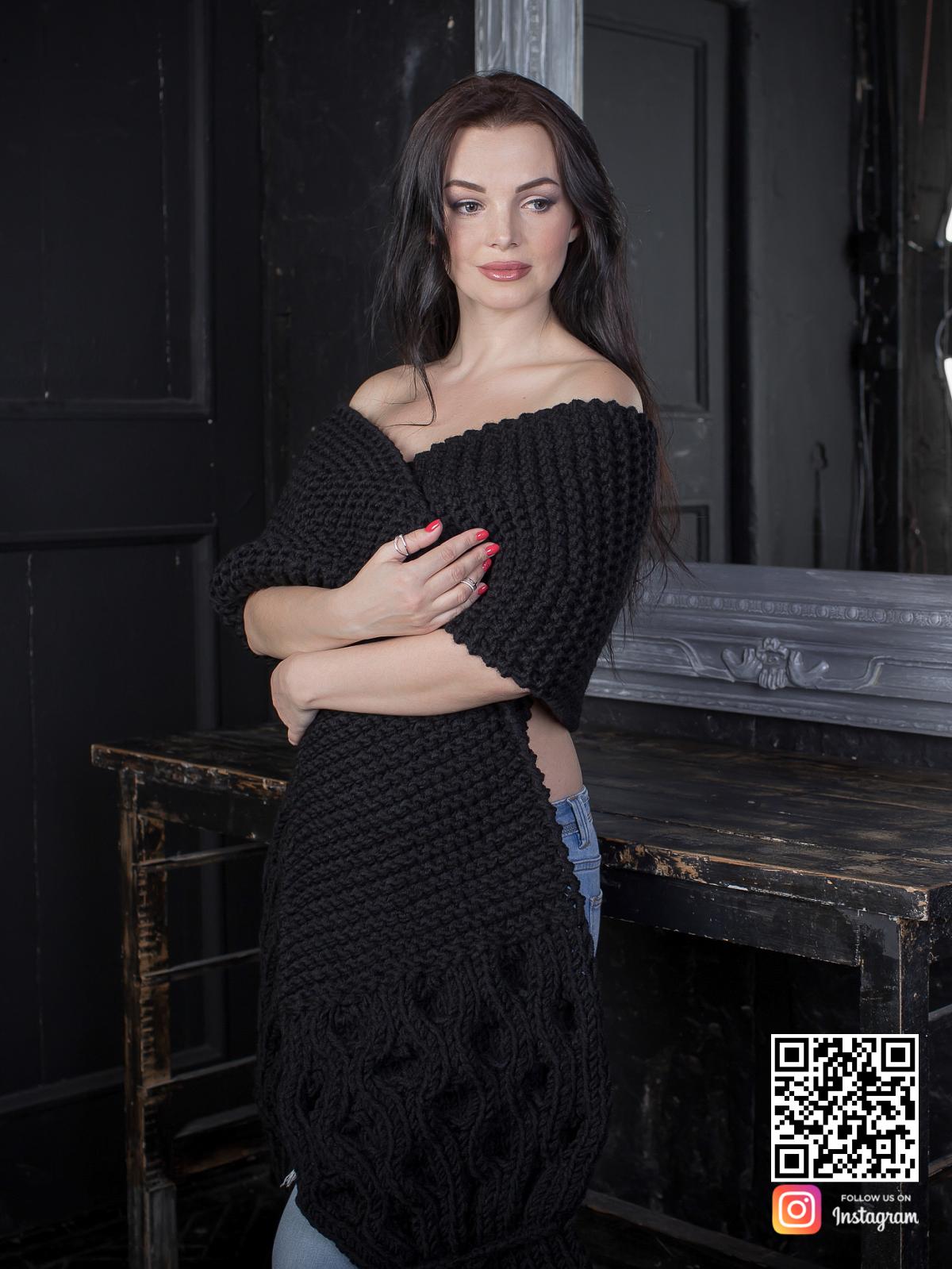 На шестой фотографии стильный черный шарф для девушек и женщин от Shapar, бренда вязаной одежды ручной работы в интернет-магазине связанных спицами вещей.