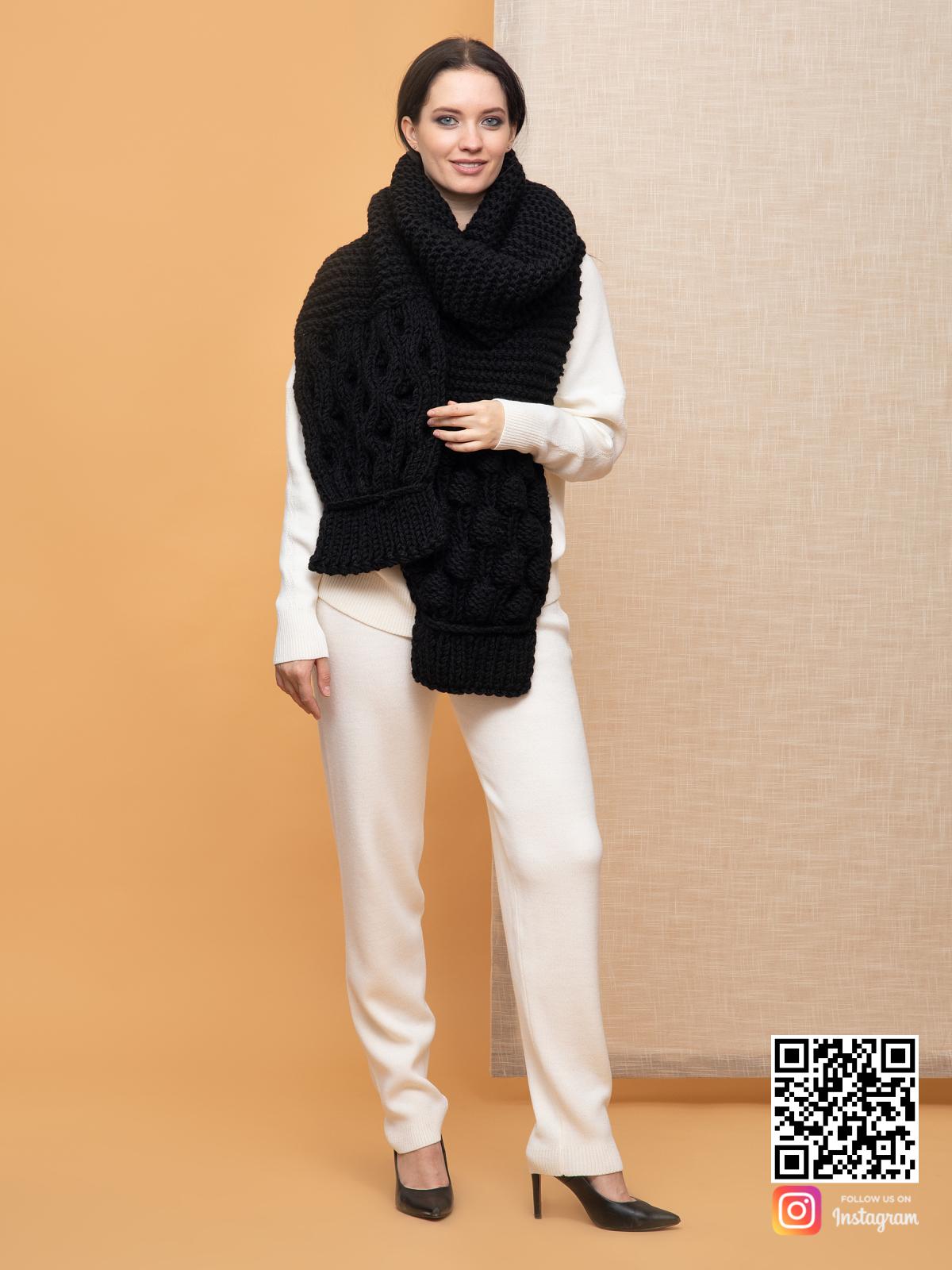 На второй фотографии объемный женский шарф черного цвета от Shapar, бренда вязаной одежды ручной работы в интернет-магазине связанных спицами вещей.