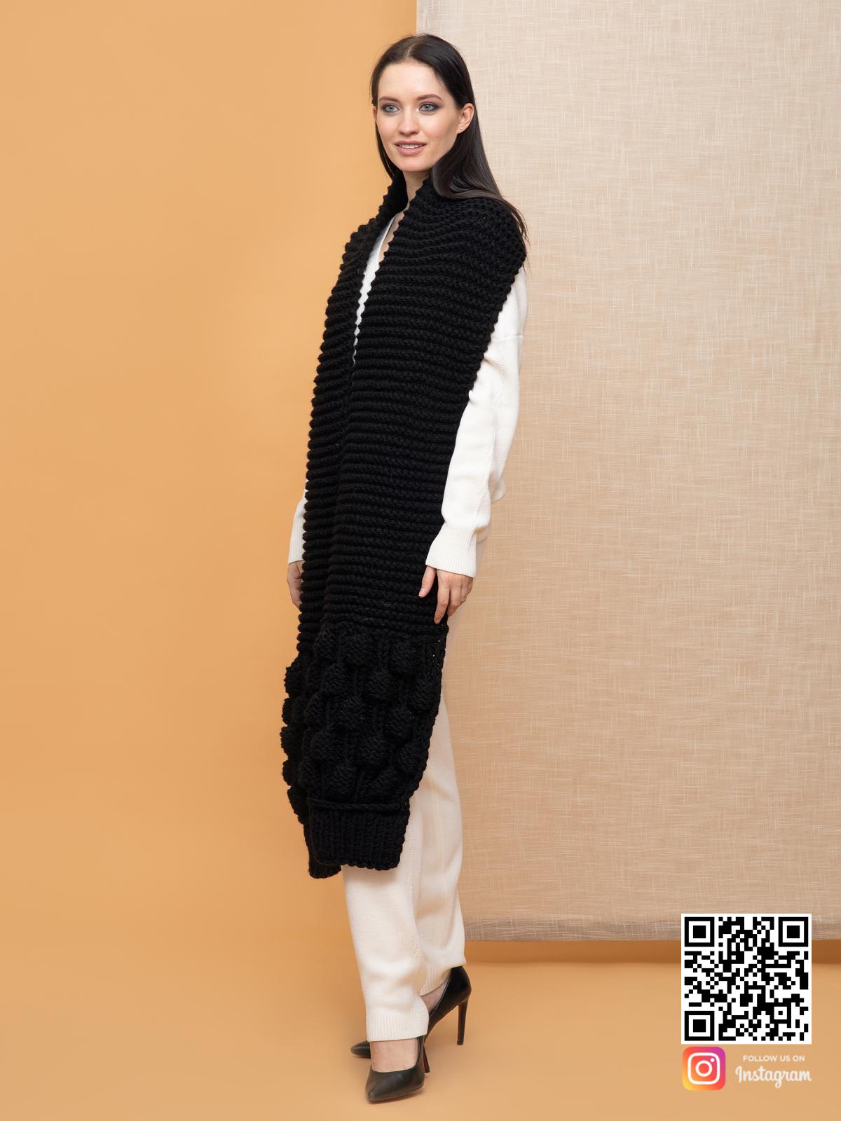 На пятой фотографии модный женский шарф черного цвета от Shapar, бренда вязаной одежды ручной работы в интернет-магазине связанных спицами вещей.