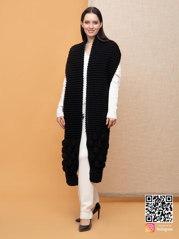 На фотографии женский шарф черного цвета от Shapar, бренда вязаной одежды ручной работы в интернет-магазине связанных спицами вещей.
