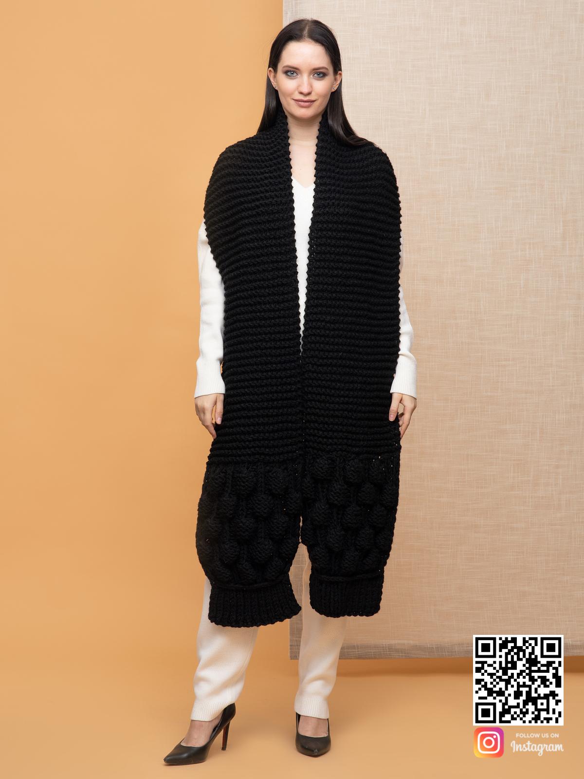 На четвертой фотографии женский шарф черного цвета с узором от Shapar, бренда вязаной одежды ручной работы в интернет-магазине связанных спицами вещей.