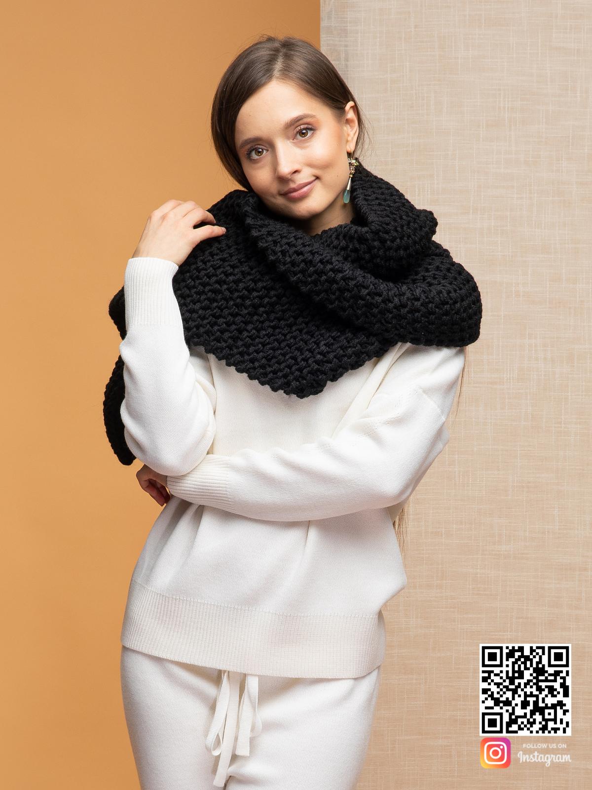 На второй фотографии шарф черный женский от Shapar, бренда вязаной одежды ручной работы в интернет-магазине связанных спицами вещей.