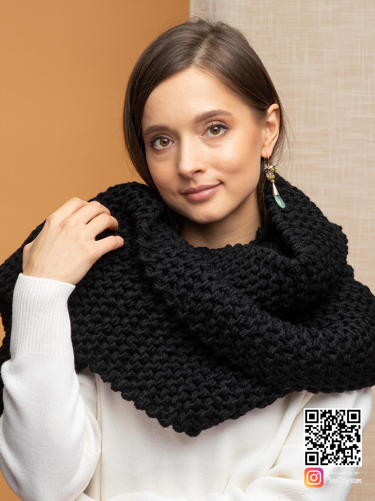 На третьей фотографии теплый черный шарф для девушек и женщин от Shapar, бренда вязаной одежды ручной работы в интернет-магазине связанных спицами вещей.