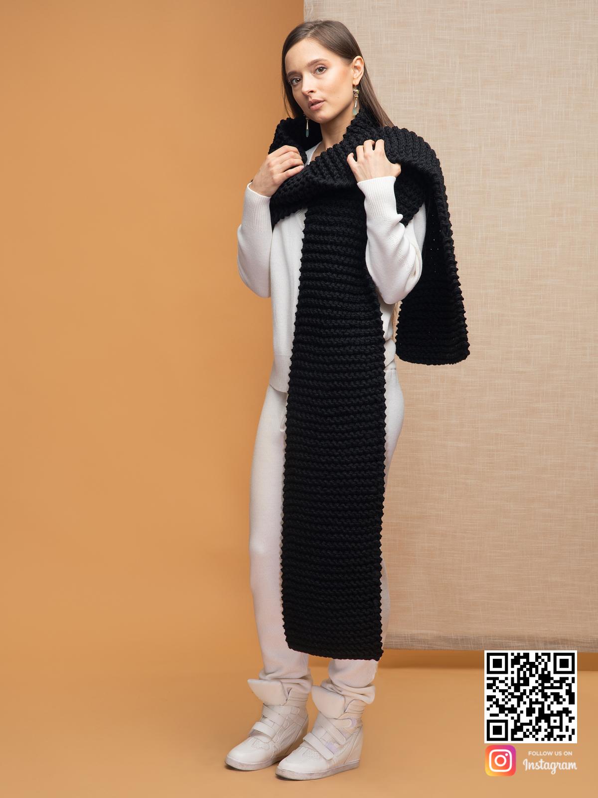 На четвертой фотографии женский черный шарф крупной вязки от Shapar, бренда вязаной одежды ручной работы в интернет-магазине связанных спицами вещей.