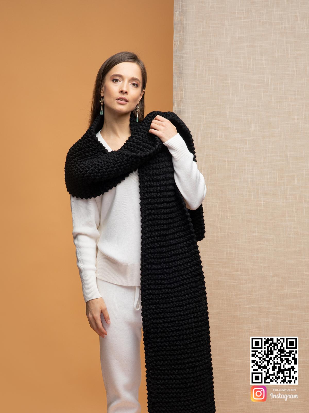 На пятой фотографии объемный черный шарф для модниц от Shapar, бренда вязаной одежды ручной работы в интернет-магазине связанных спицами вещей.