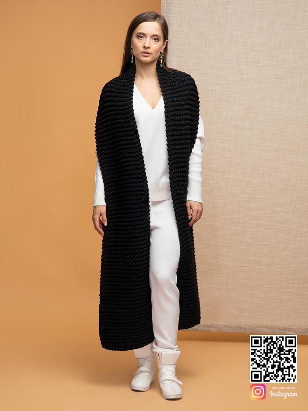 На фотографии модный черный шарф женский от Shapar, бренда вязаной одежды ручной работы в интернет-магазине связанных спицами вещей.