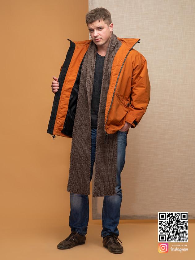 На фотографии шарф коричневый мужской от Shapar, бренда вязаной одежды ручной работы в интернет магазине связанных спицами вещей.