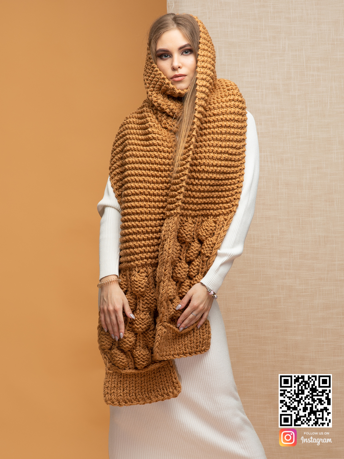 На фотографии женский шарф крупной вязки коричневого цвета от Shapar, бренда вязаной одежды ручной работы в интернет-магазине связанных спицами вещей.