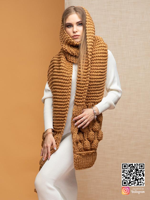 На фотографии женский шарф крупной вязки от Shapar, бренда вязаной одежды ручной работы в интернет-магазине связанных спицами вещей.