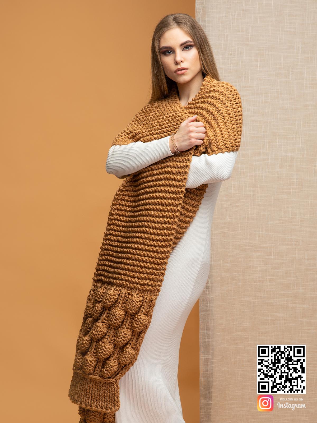 На четвертой фотографии объемный женский шарф крупной вязки от Shapar, бренда вязаной одежды ручной работы в интернет-магазине связанных спицами вещей.