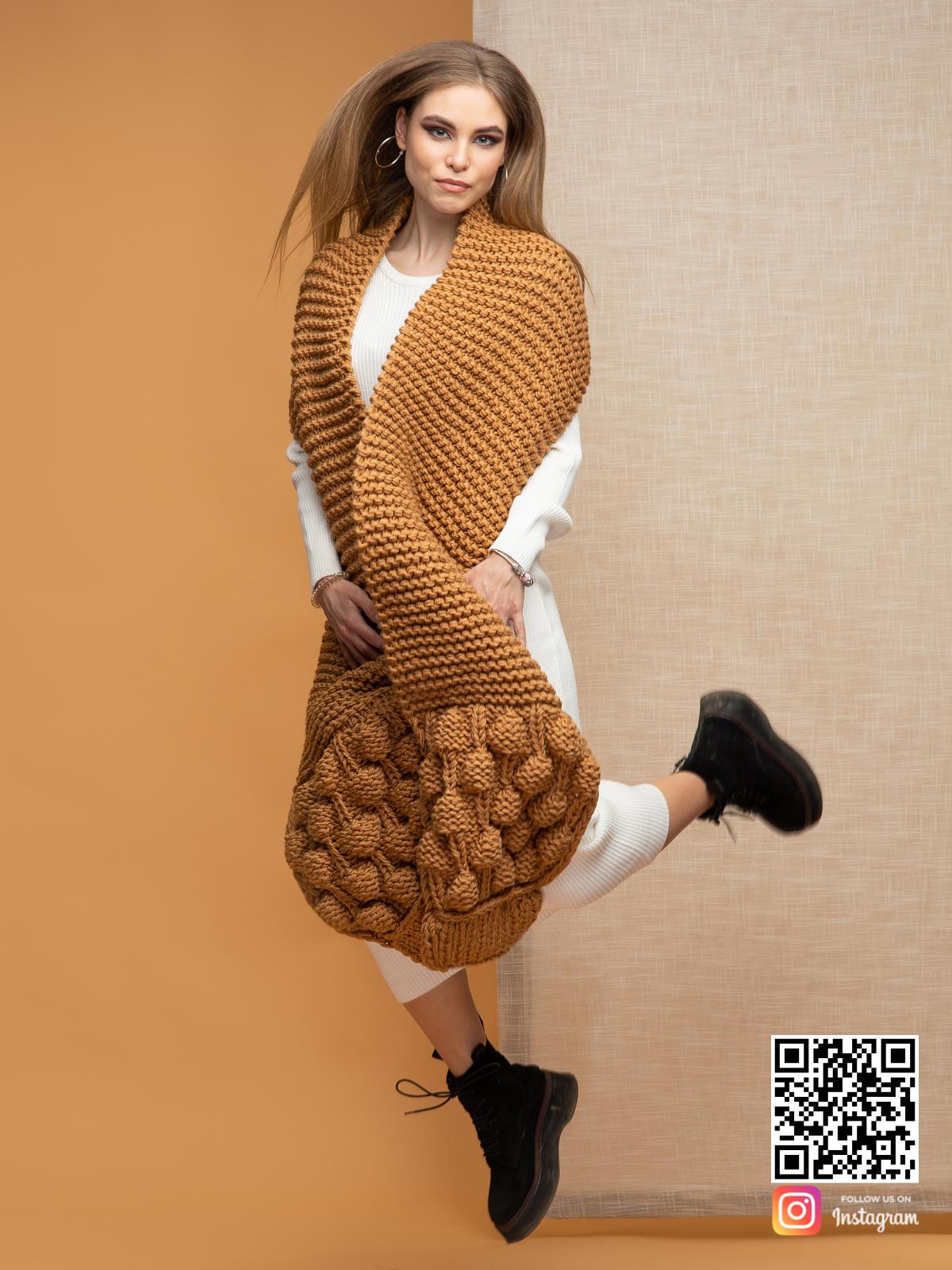 На третьей фотографии длинный модный шарф крупной вязки от Shapar, бренда вязаной одежды ручной работы в интернет-магазине связанных спицами вещей.