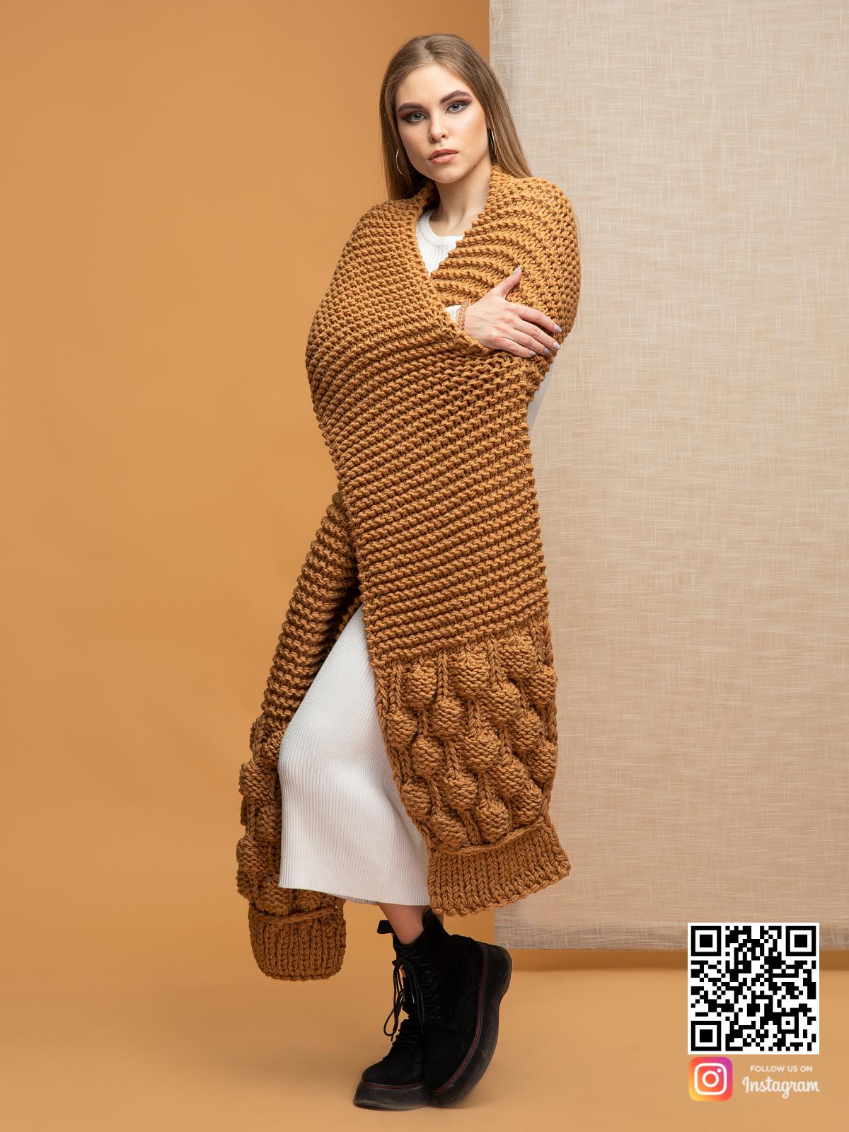 На второй фотографии женский коричневый шарф крупной вязки от Shapar, бренда вязаной одежды ручной работы в интернет-магазине связанных спицами вещей.