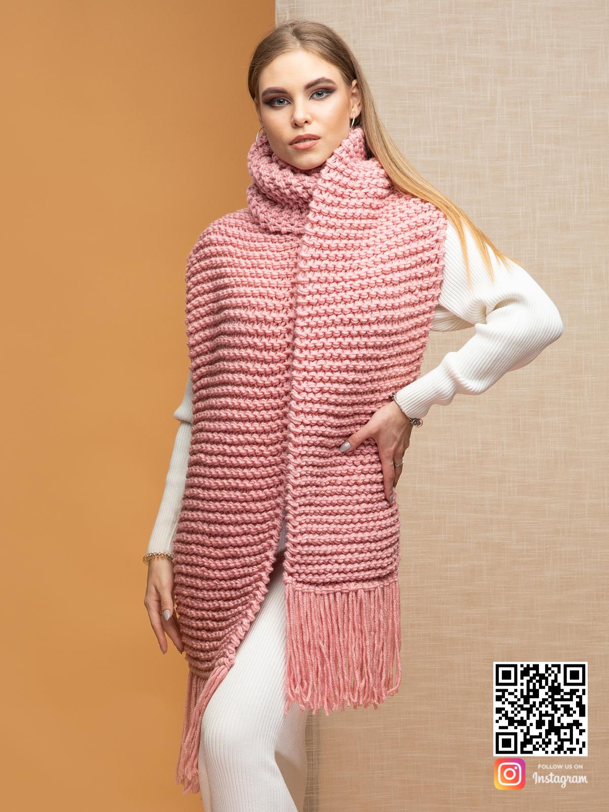 На пятой фотографии теплый женский шарф с бахромой от Shapar, бренда вязаной одежды ручной работы в интернет-магазине связанных спицами вещей.