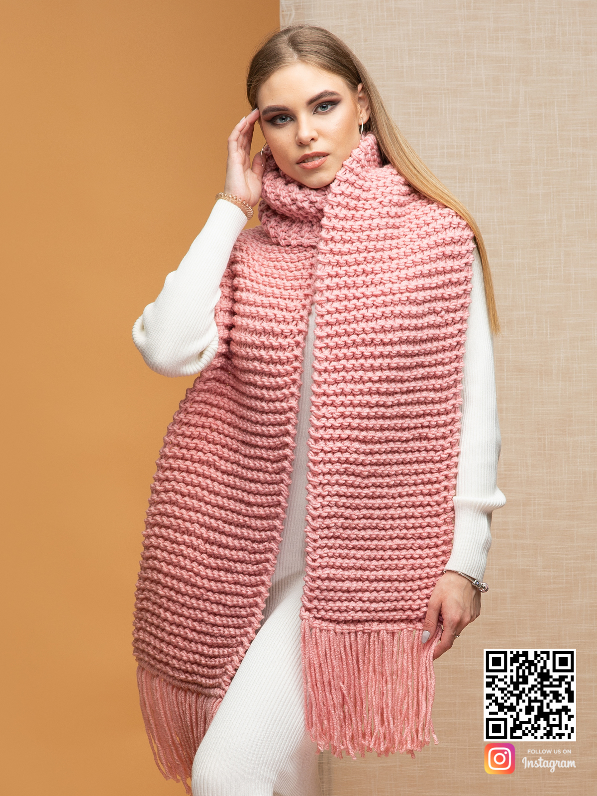 На второй фотографии женский шарф с бахромой розового цвета от Shapar, бренда вязаной одежды ручной работы в интернет-магазине связанных спицами вещей.