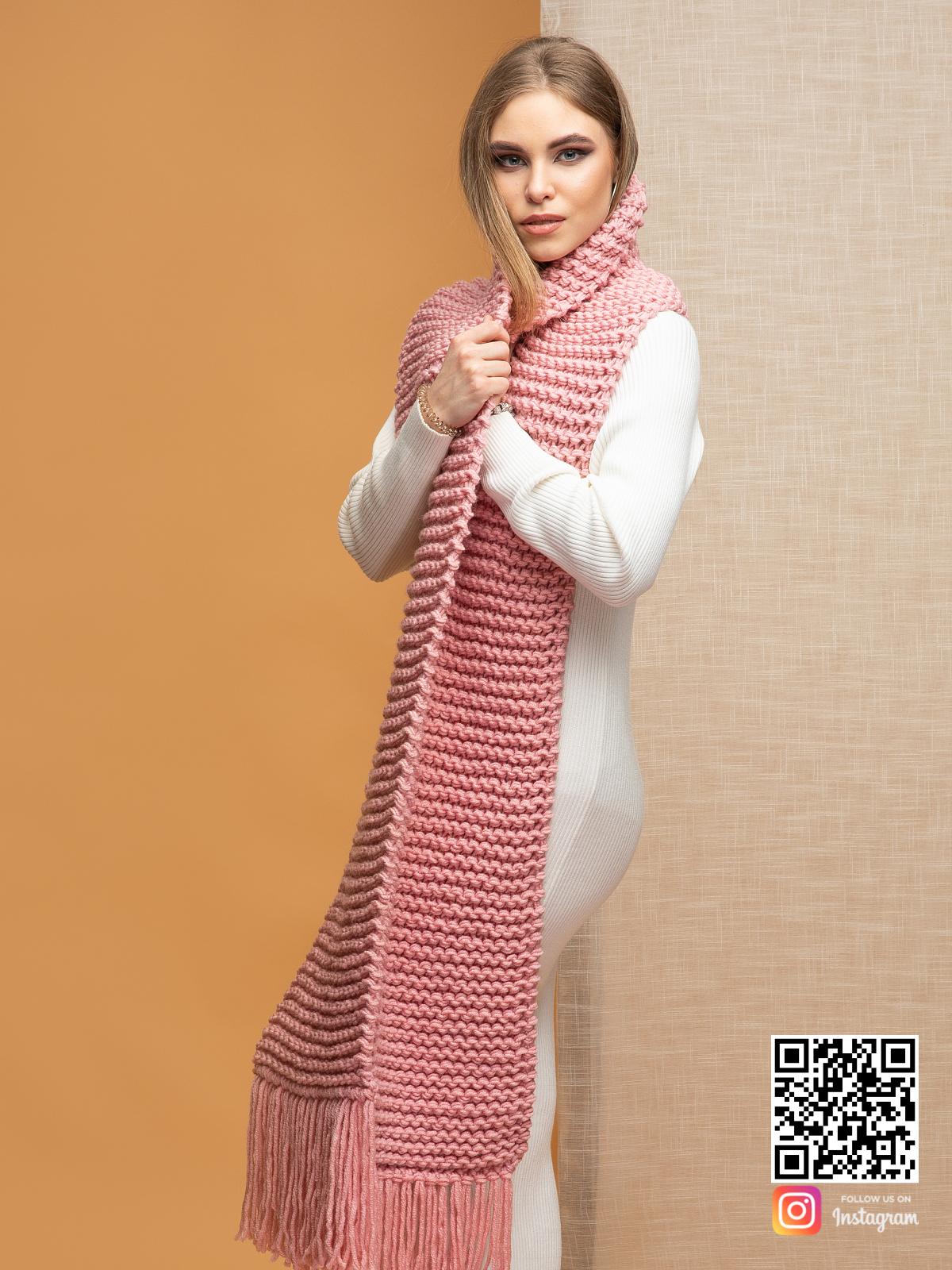 На четвертой фотографии длинный женский шарф с бахромой крупной вязки от Shapar, бренда вязаной одежды ручной работы в интернет-магазине связанных спицами вещей.