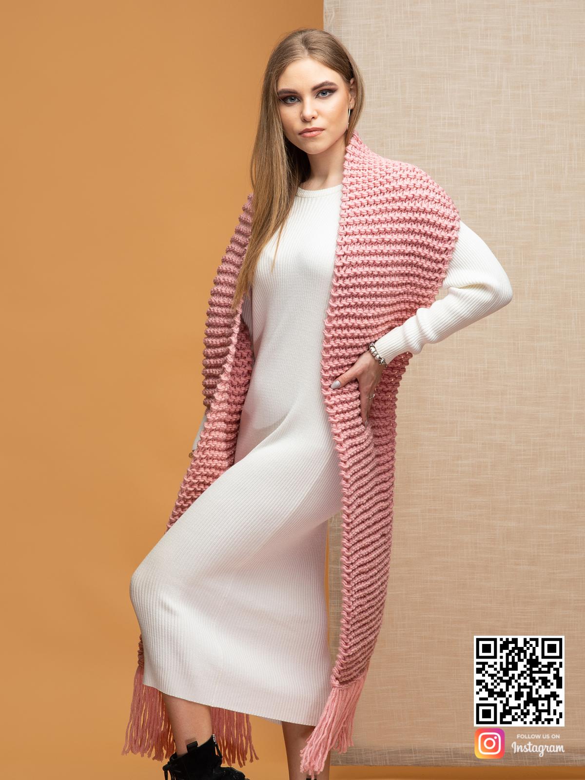 На третьей фотографии объемный розовый женский шарф с бахромой от Shapar, бренда вязаной одежды ручной работы в интернет-магазине связанных спицами вещей.